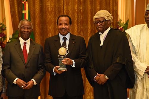Le Chef de L'Etat du Cameroun SE Paul BIYA reçoit le Vendredi 6 Juin 2014, le prix prestigieux de l'Union Panafricaine des Avocats (UPA) pour la résolution pacifique des conflits. The Bridge MAG. Image