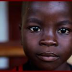Bel enfant au regard inquisiteur et à l'avenir prometteur, surpris par les vicissitudes d'Ebola et laissé à la merci d'un futur 'pseudo vaccin obligatoire.' The Bridge MAG. Image