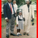 Jordan Tchakounté à deux ans avec ses parents :sa mère ( La regrettée Mme Angeline Tchakounté née Angeline Fonkoua) Son père Dr Raymond Tchakounté et sa sœur aînée Paule Malika Tchakounté . The Bridge MAG image