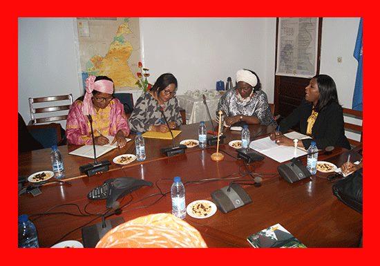 Mme Célestine Ketcha Courtès , présidente du Réseau des Femmes Elues locales d'Afrique du Cameroun et ses membres reunies autour de Dr Fatou Ndiaye ex représentante de l'OMS au Cameroun The Bridge MAG. Image