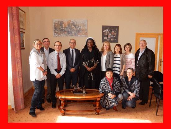 Mme Ketcha Courtès , Maire de Bangangté et Présidente des Femmes Elues Locales d'Afrique : Championne CGLU de la Coopération au Développement entourée des partenaires de la Mairie The Bridge MAG. Image