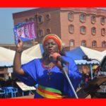 Excellence scolaire du Ndé, Madame le Maire Ketcha Courtès présentant des livres offerts par la Fondation Chantal Biya. The Bridge MAG. Image
