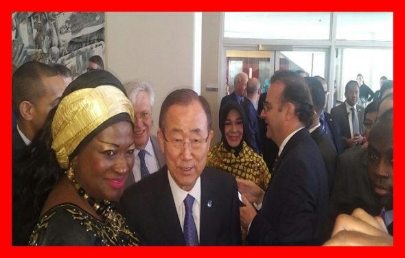 Mme Célestine Ketcha Courtès pose avec le Secrétaire Général de l'ONU M. BAN KI MOON. Lors de la 1ère Session de la Seconde Assemblée Mondiale des Gouvernements Locaux et Régionaux sur HABITAT III à New-York, USA, du 15 au 18 mai 2016 The Bridge MAG. Image