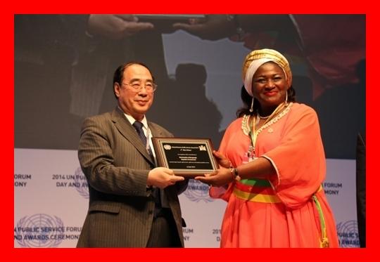 Mme Célestine Ketcha Courtès reçoit le Prix d'Excellence des Nations Unies pour le Service Public le 26 juin 2014 à Séoul en Corée du Sud. The Bridge MAG. Image