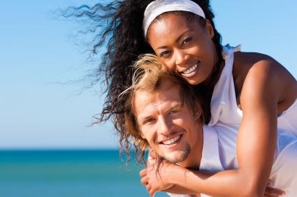 Un couple heureux et totalement épanoui. C'est beau l'amour. C'est une lapalissade mais l'amour dans un cadre sain c'est encore mieux. The Bridge MAG. Image