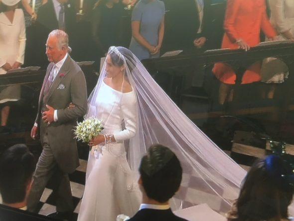 Le prince de Galles faisant une partie de la marche nuptiale avec Meghan. The Bridge MAG. Image